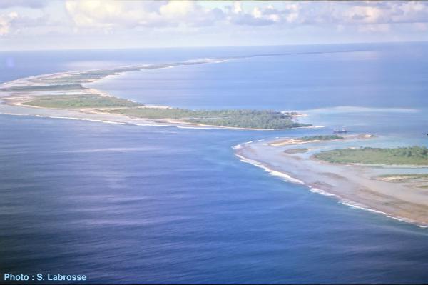 Vue aérienne de l'île de Tikehau, dans l'archipel des Tuamotu (Polynésie Française)