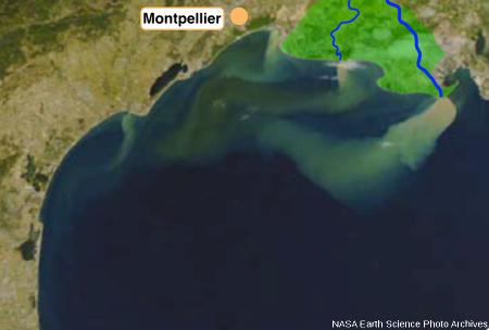 Panache de sédiments observable à l'embouchure du Rhône lors de la crue de novembre 2002
