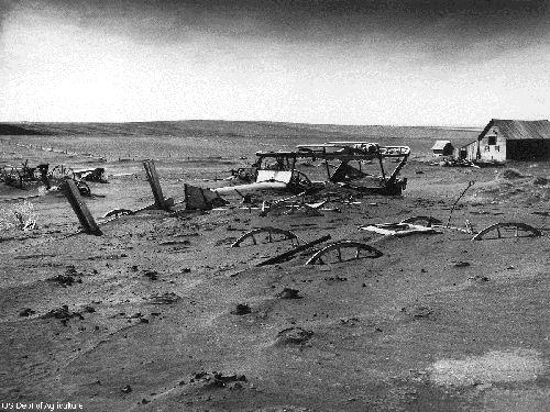 Machines agricoles ensevelies suite à des tempêtes de poussières (Dakota du Sud, 1936)