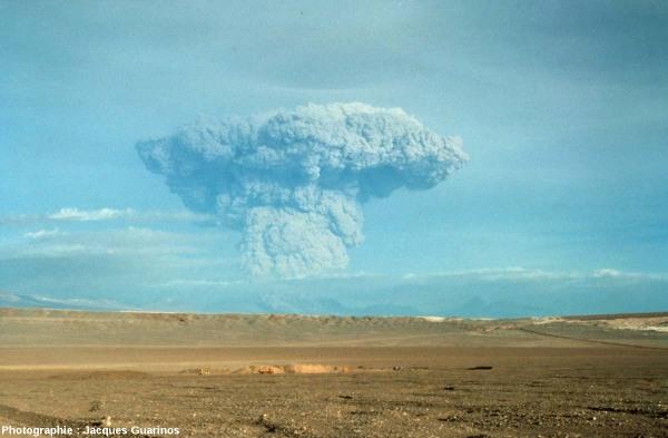 Panache plinien au-dessus du Lascar (Chili), le 19 avril 1993 à 17h 20
