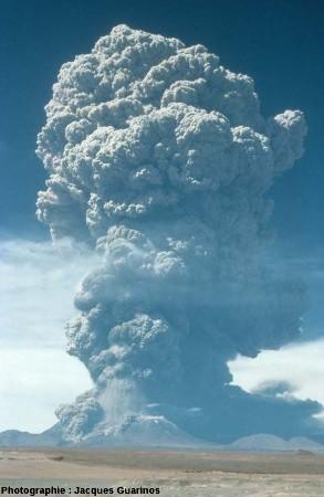 Panache plinien du Lascar (Chili) émis le 19 avril 1993 lors de l'explosion de 11h50 (1/4)