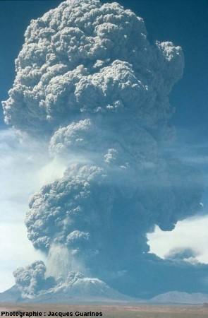 Panache plinien du Lascar (Chili) émis le 19 avril 1993 lors de l'explosion de 11h50 (2/4)
