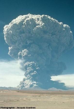 Panache plinien du Lascar (Chili) émis le 19 avril 1993 lors de l'explosion de 11h50 (3/4)