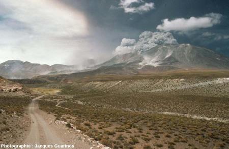 Une quebrada (petite vallée) au NO du Lascar (Chili), 19 avril 1993, 13h14