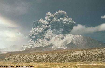 Évolution du panache plinien et des coulées pyroclastiques qui s'en détachent: Lascar (Chili),19 avril 1993, explosion de 13h15 (1/10)