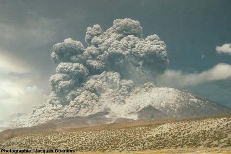 Évolution du panache plinien et des coulées pyroclastiques qui s'en détachent: Lascar (Chili),19 avril 1993, explosion de 13h15 (2/10)