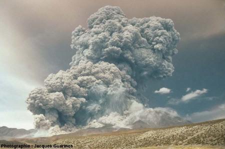 Évolution du panache plinien et des coulées pyroclastiques qui s'en détachent: Lascar (Chili),19 avril 1993, explosion de 13h15 (3/10)