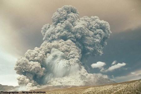 Évolution du panache plinien et des coulées pyroclastiques qui s'en détachent: Lascar (Chili),19 avril 1993, explosion de 13h15 (4/10)