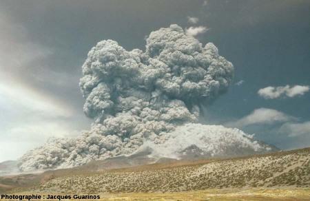 Évolution du panache plinien et des coulées pyroclastiques qui s'en détachent: Lascar (Chili),19 avril 1993, explosion de 13h15 (5/10)