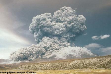 Évolution du panache plinien et des coulées pyroclastiques qui s'en détachent: Lascar (Chili),19 avril 1993, explosion de 13h15 (6/10)