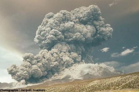 Évolution du panache plinien et des coulées pyroclastiques qui s'en détachent: Lascar (Chili),19 avril 1993, explosion de 13h15 (7/10)