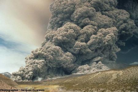 Évolution du panache plinien et des coulées pyroclastiques qui s'en détachent: Lascar (Chili),19 avril 1993, explosion de 13h15 (8/10)