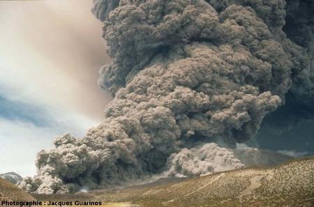 Évolution du panache plinien et des coulées pyroclastiques qui s'en détachent: Lascar (Chili),19 avril 1993, explosion de 13h15 (9/10)