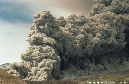 Évolution du panache plinien et des coulées pyroclastiques qui s'en détachent: Lascar (Chili),19 avril 1993, explosion de 13h15 (10/10)