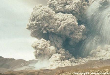 Fin de la progression des nuées ardentes: Lascar (Chili),19 avril 1993, explosion de 13h15 (5/11)