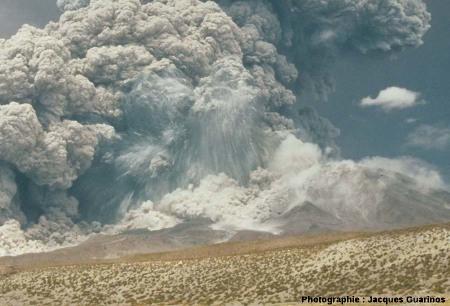 Explosion avec éjection de blocs rocheux: Lascar (Chili),19 avril 1993, explosion de 13h15 (1/2)