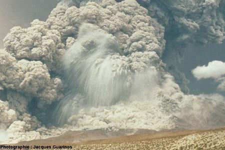 Explosion avec éjection de blocs rocheux: Lascar (Chili),19 avril 1993, explosion de 13h15 (2/2)