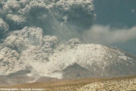 Bombardement d'un flanc du volcan par des blocs : Lascar (Chili),19 avril 1993, explosion de 13h15 (1/4)