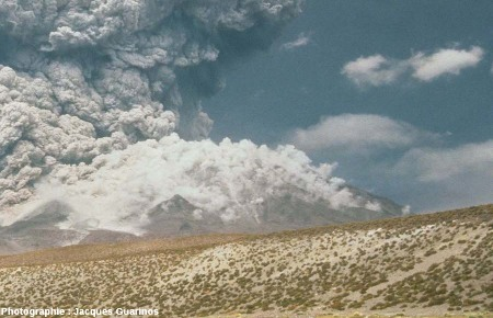 Bombardement d'un flanc du volcan par des blocs : Lascar (Chili),19 avril 1993, explosion de 13h15 (2/4)