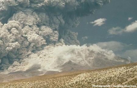 Bombardement d'un flanc du volcan par des blocs : Lascar (Chili),19 avril 1993, explosion de 13h15 (4/4)