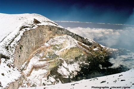 Détail de la paroi du cratère sommital du Lascar (Chili), mars 2002
