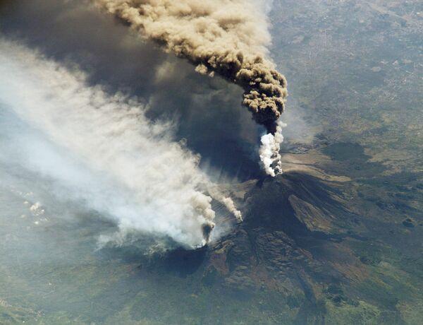 Mercredi 30 octobre 2002, panache volcanique de l'Etna