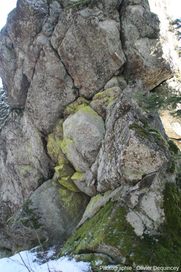 Léger renfoncement dans le rocher sous la croix du Rocher du Corbeau