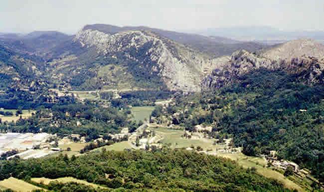 Vue panoramique vers le NE d'un secteur traversé par la «Faille des Cévennes» à la hauteur de la cluse du Gardon d'Anduze