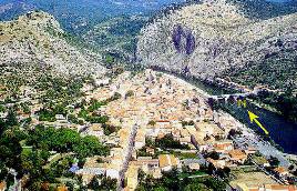 Anduze et la barre de calcaires du Jurassique supérieur de «la Porte des Cévennes» derrière laquelle on recoupe la faille des Cévennes.