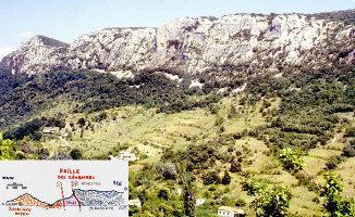 Éboulis de pente masquant partiellement les affleurements du Trias gypso-salin, au pied des falaises calcaires du Jurassique supérieur au Nord d'Anduze.