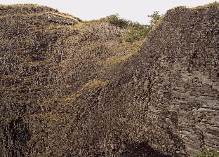 Structure prismée de l'ancien lac de lave du volcan d'Orbeil