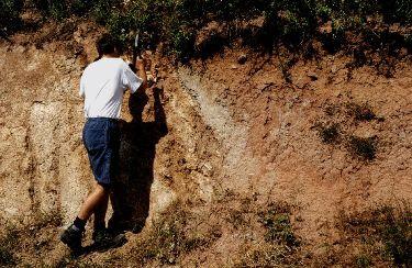 Contact entre le granite à gauche et les sédiments oligocène à droite (couleur rougeâtre)