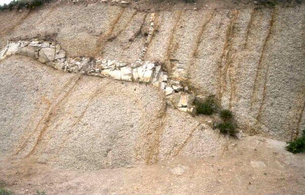 Filon de granite peu altéré dans du granite altéré