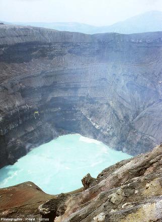 Le cratère du Mont Aso (Japon) dans son état d'août 1981