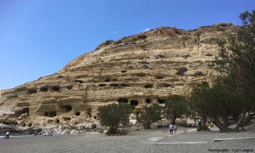 Vue générale de la falaise de Matala, Crète