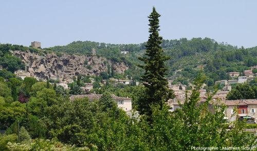"""Vue générale du """"rocher"""" de Cotignac (Haut-Var)"""