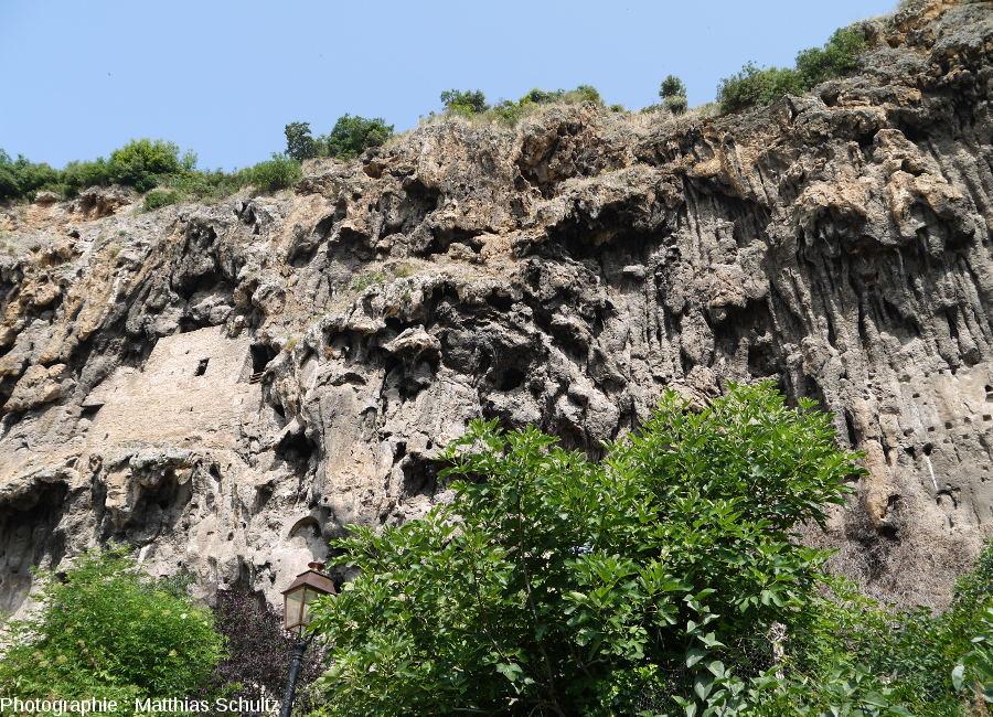 """Vue plus rapprochée du """"rocher"""" de Cotignac (Haut-Var)"""