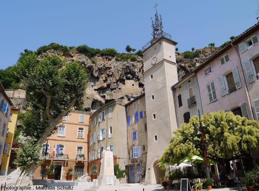 """Vue du """"rocher"""" surplombant le village de Cotignac (Haut-Var)"""