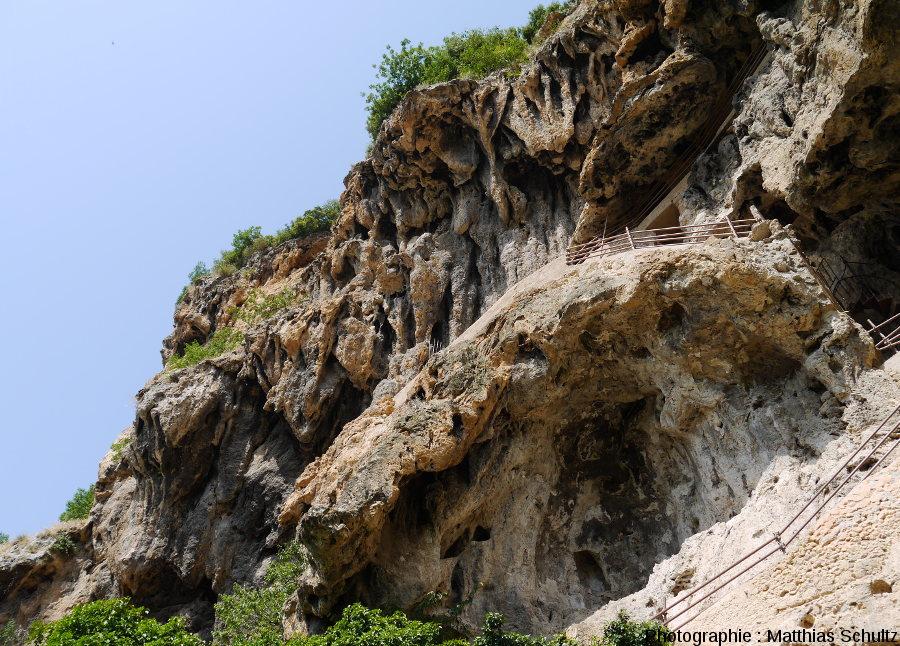 """Vue, depuis le bas, du """"rocher"""" de Cotignac"""