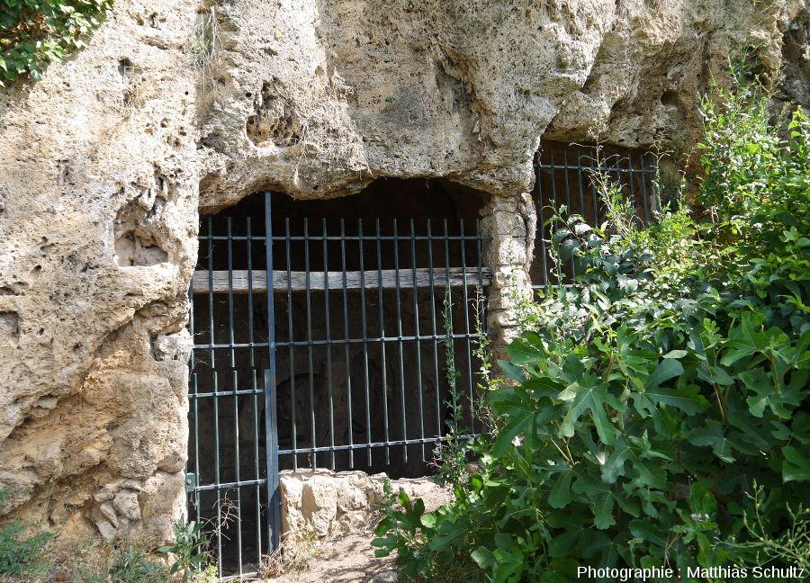 """Une entrée troglodytique dans le """"rocher"""" de Cotignac"""