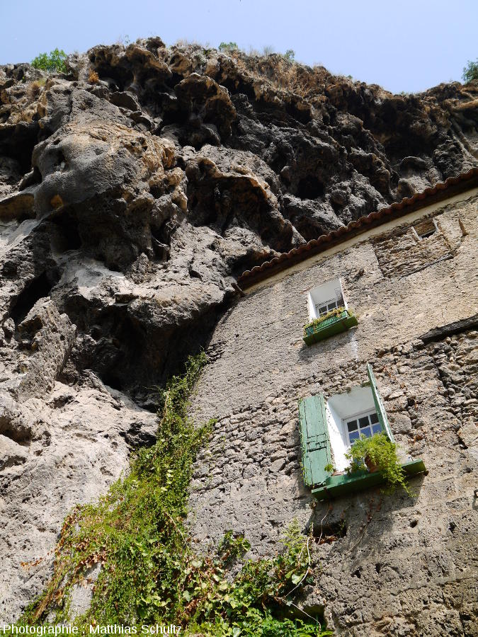 """Habitat semi-troglodytique dans le """"rocher"""" de Cotignac"""