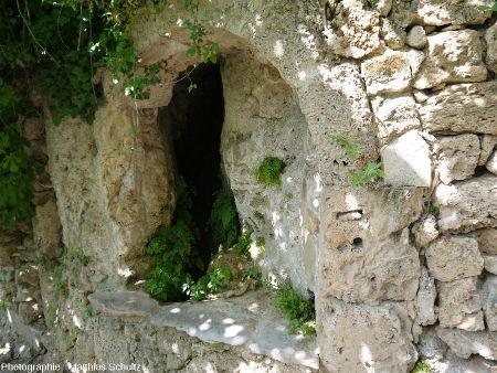 """Une petite fontaine aménagée dans le """"rocher"""" de Cotignac"""