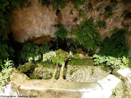 """Une fontaine aménagée sous le """"rocher"""" de Cotignac"""