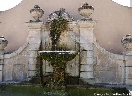 Une petite fontaine aménagée dans Cotignac