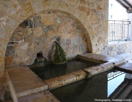 """Une petite fontaine aménagée sous le """"rocher"""" de Cotignac"""