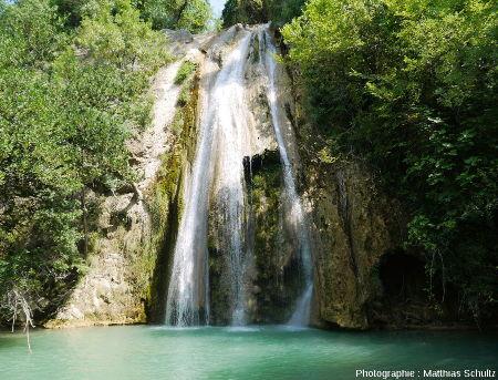 """La cascade de """"tuf"""" dans le lit actuel de la Cassole à Cotignac"""