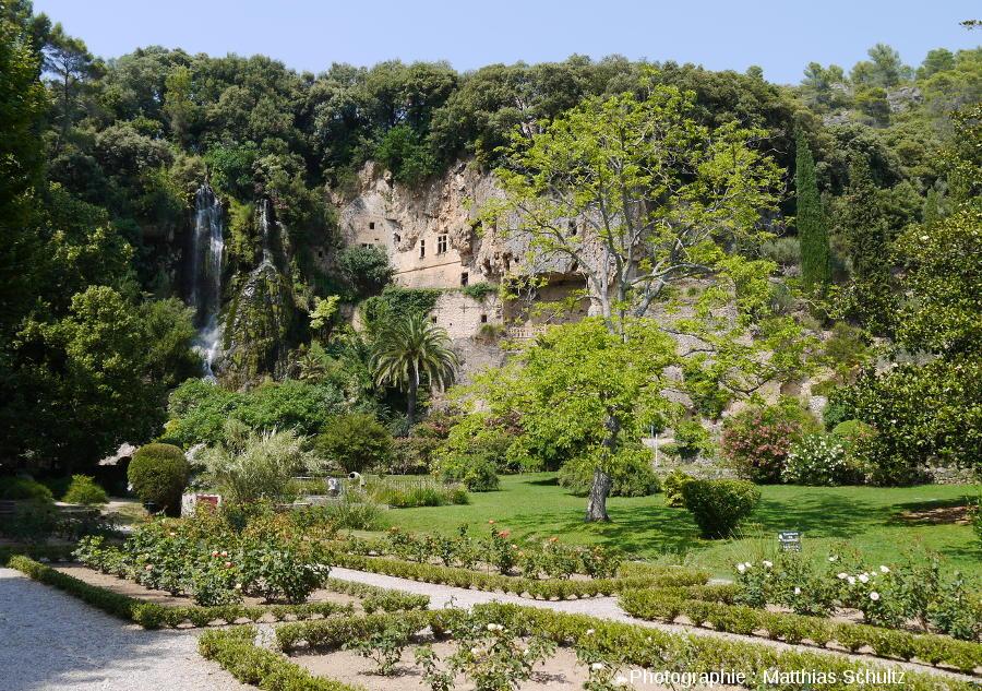 La cascade de tuf et le château-grotte de Villecroze dans son parc