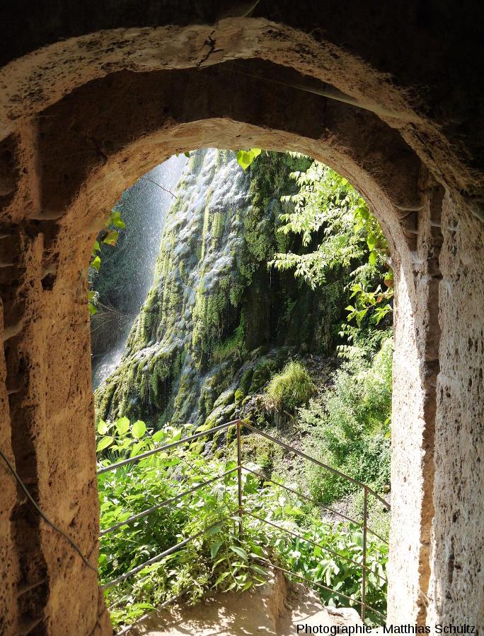 La cascade de tuf de Villecroze vue depuis les restes de l'habitat troglodytique (Haut-Var)