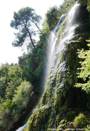 Vue latérale de la cascade de tuf de Villecroze depuis le chateau-grotte