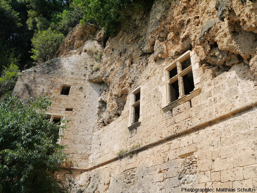 La façade du château-grotte de Villecroze (Haut-Var)